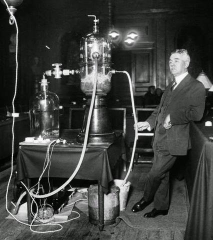 Georges Claude crea la primera lámpara de neón.