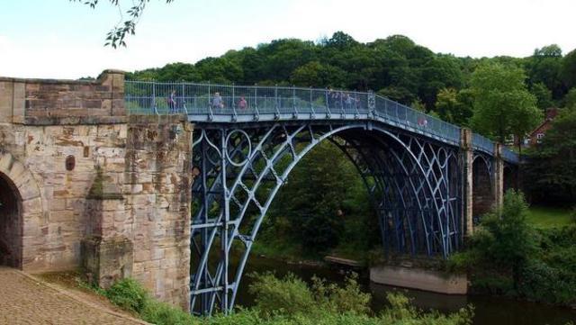 Inauguración del primer puente de hierro
