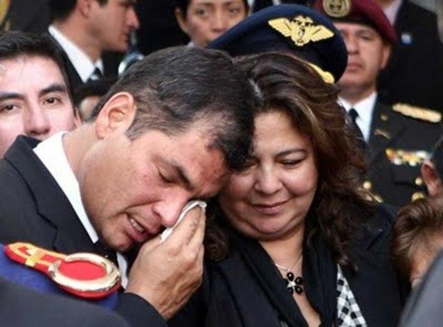 Presidente Correa es agredido en medio de manifestaciones por reforma de sueldo a policias