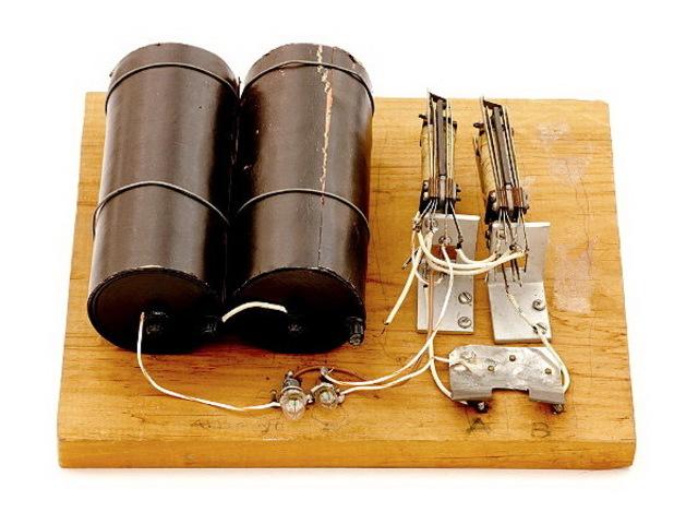 Le scientifique de Bell Laboratories, George Stibitz, utilise des relais pour un additionneur de démonstration