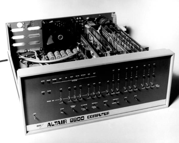 MITS Altair 8800 kit apparaît dans Popular Electronics