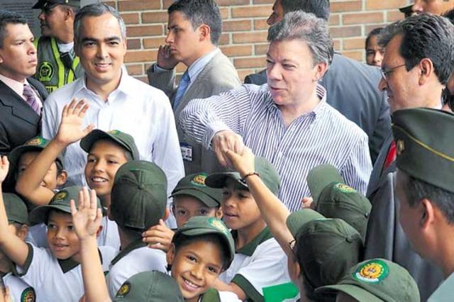 Santos pasó revista a la Comuna 13 de Medellín y habló con sus habitantes