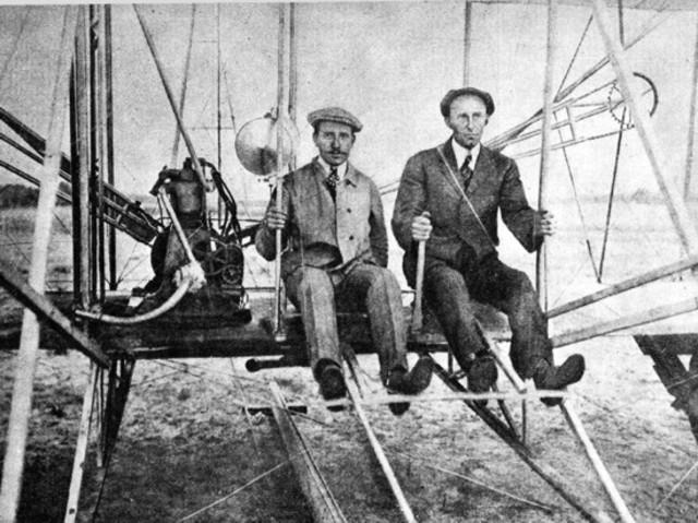Los hermanos Wright realizan el primer vuelo en aeroplano