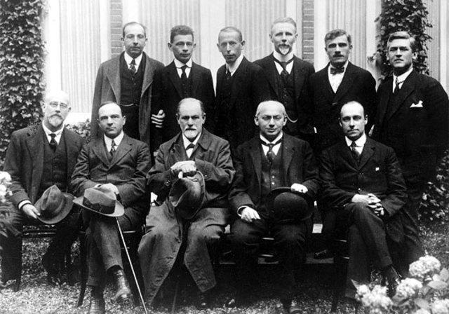 Se funda la Sociedad psicoanalítica de los miércoles en Viena