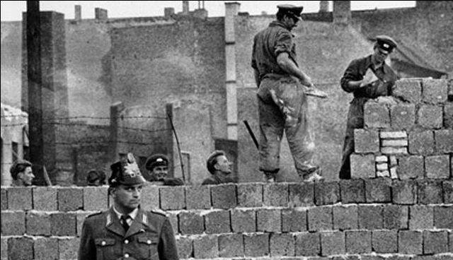 Iniciación de la construcción del muro de Berlín