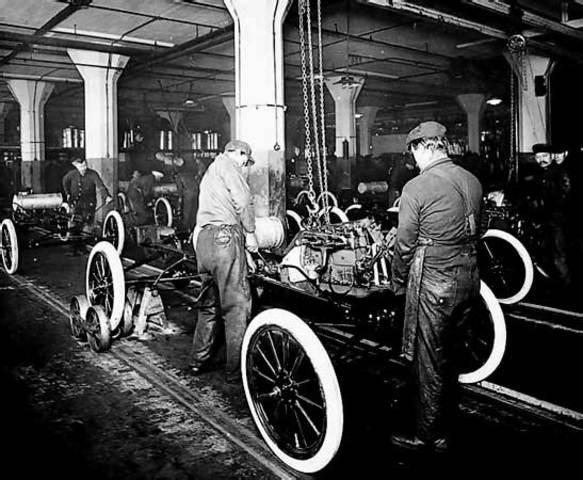 Henry Ford crea la primera cadena de montaje con éxito