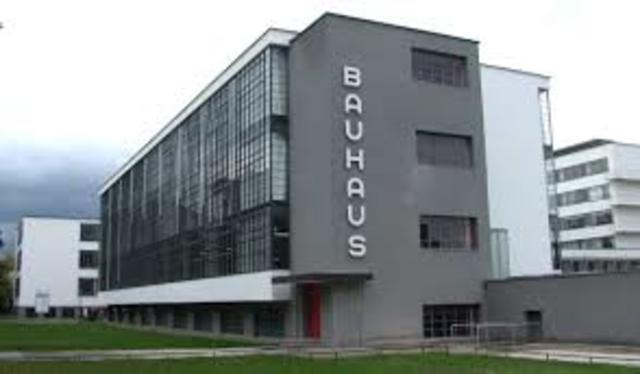 W. Gropius funda la escuela Bauhaus en Weimar