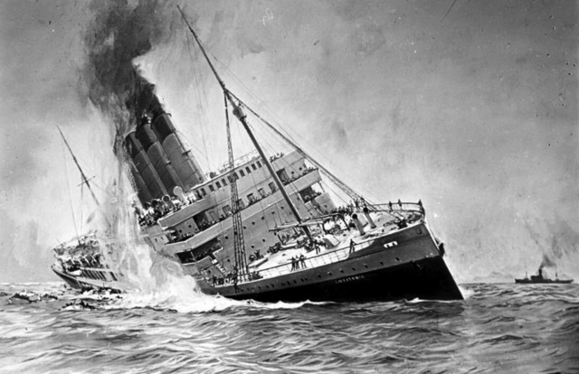 """Submarinos alemanes hunden el transatlántico británico""""Lusitania"""" cerca de Irlanda: mueren 1.198 personas."""