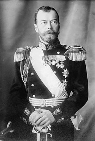Abdicación del último zar Nicolás II de Rusia a los 48 años, después de 22 años de reinado.