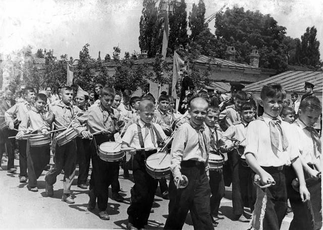 Летом 1924 года на Красной площади в Москве состоялся первый парад пионеров, который принимали делегаты XIII съезда партии.