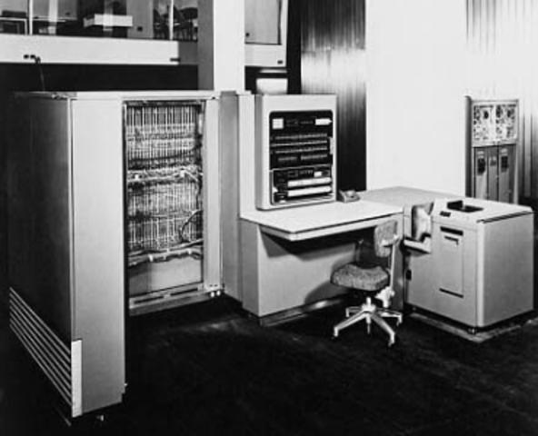 Первый промышленный электронный компьютер IBM 701