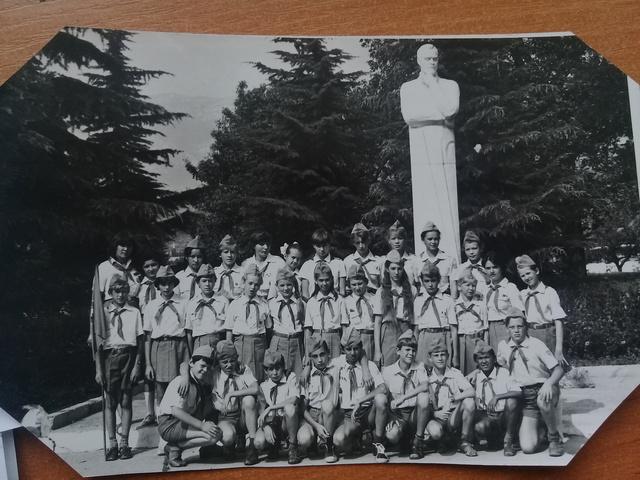 Отряд на фоне памятника П.Соловьву (основателю Артека)