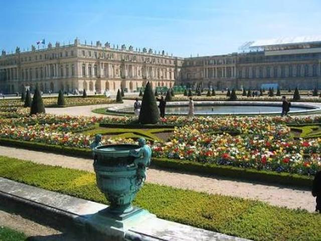 Se manda a construir el palacio de versalles