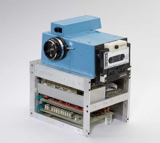 1975- Cámara digital Kodak