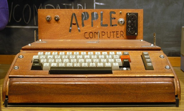 Steve Wozniak y Steve Jobs arman a mano el Apple 1
