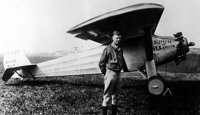 Charles A. Lindbergh completa un vuelo en solitario de Nueva York a París