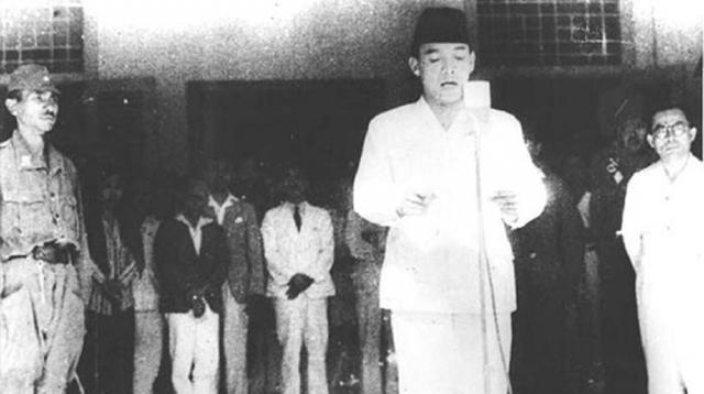 Soekarno - Hatta memproklmasikan Indonesia
