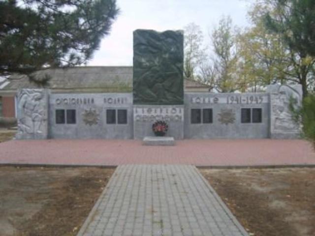 Мемориал погибшим землякам (11 6 фамилий). Памятник установлен в 1 979 году. Изготовлен из кирпича и бетона.