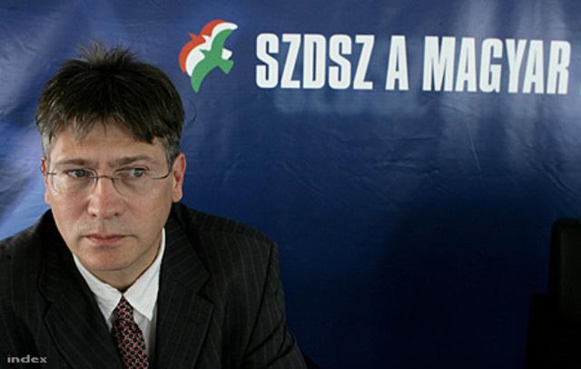 Kuncze helyett megint Szent-Iványi a frakcióvezető