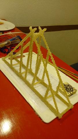 paso tres: se pegaron y se añadieron los costados al puente.