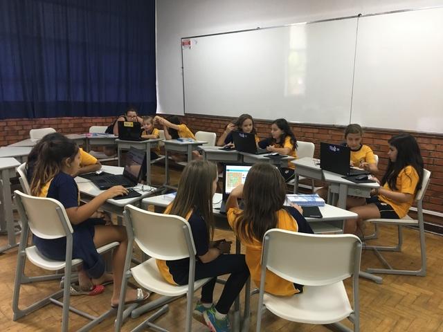 Aulas curriculares de Tecnologia Educacional