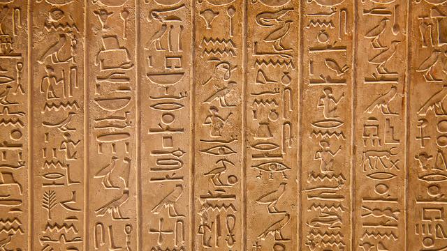 Los egipcios empiezan a utilizar la escritura en jeroglíficos.