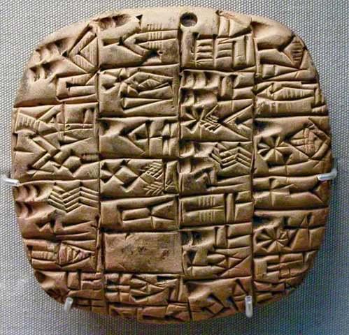 La escritura mesopotámica se convierte en cuneiforme con la adopción de las tablas de arcilla.
