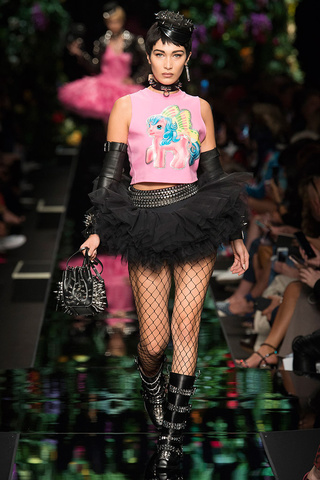 La roba d'alta costura s'ha transformat en grans maques de roba que presenten productes inassequibles.