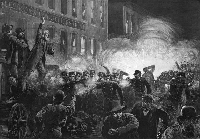 Un rassemblement se tient à l'usine McCormick à Chicago. Après le dernier discours, la police charge les ouvriers entraînant la mort de l'un d'entre eux.