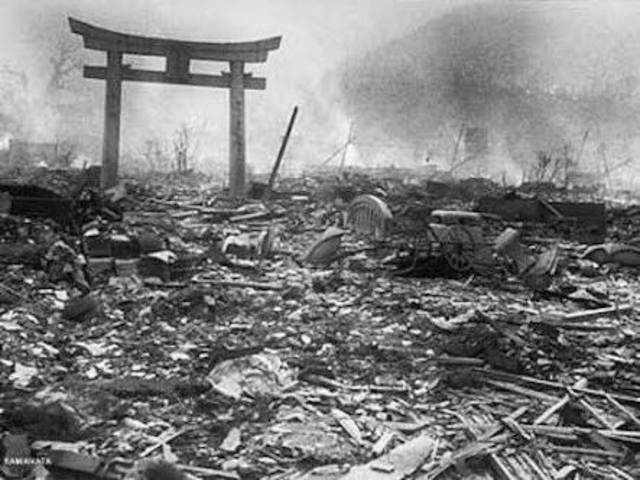 Se lanzan bombas atómicas sobre Hiroshima y Nagasaki