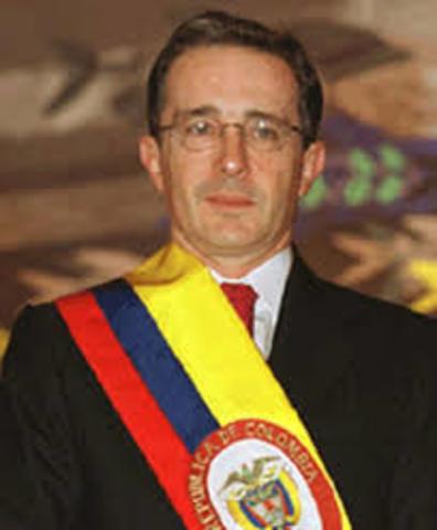Alvaro Uribe asume la presidencia.