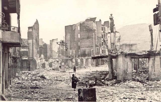 La ciutat basca de Gernika és bombardejada.