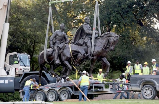 Lee statue removed from Oak Lawn Park