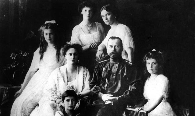 Toda la familia real es asesinada por miembros de la Checa