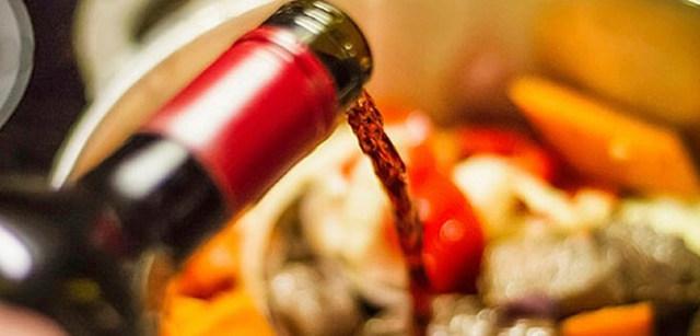 Cocción de pescado con vino. Grecia
