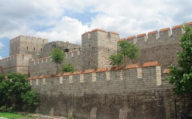 Κατασκευή του μεγάλου τείχους της Κωνσταντινούπολης