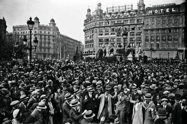 Primera huelga general en España por la disolución de las asociaciones obreras