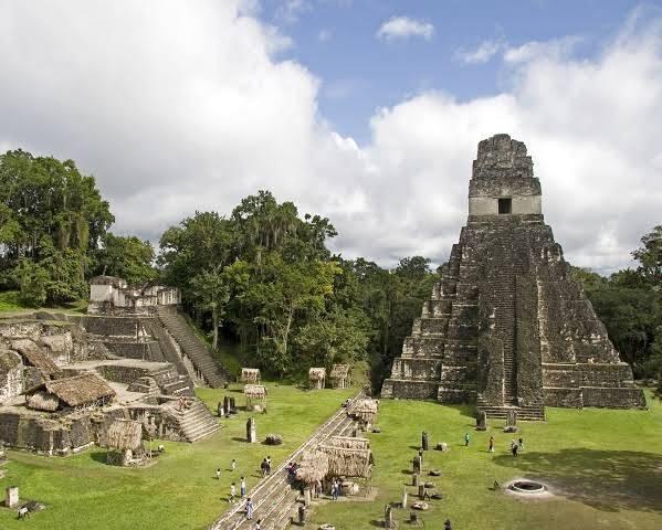 Comienza la construcción de los primeros centros urbanos mayas