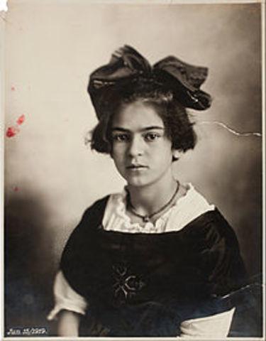 Frida se enferma de poliomielitis