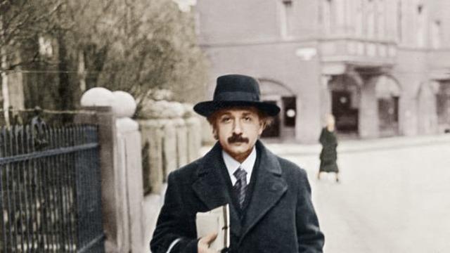 Einstein moves to the United States