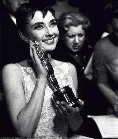 La academia de Hollywoodlandia instaura el Special Achievement Award409 para el mejor filme extranjero, sin necesidad de que existan candidatos.
