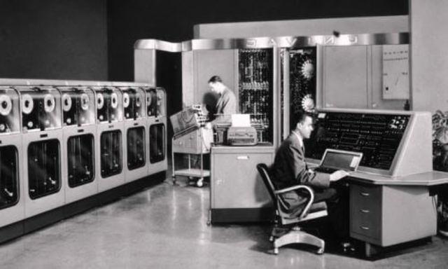 Invención del ordenador con programación almacenada