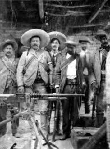 1909 Gobernador de Chihuahua le entrega Armas y Dinero