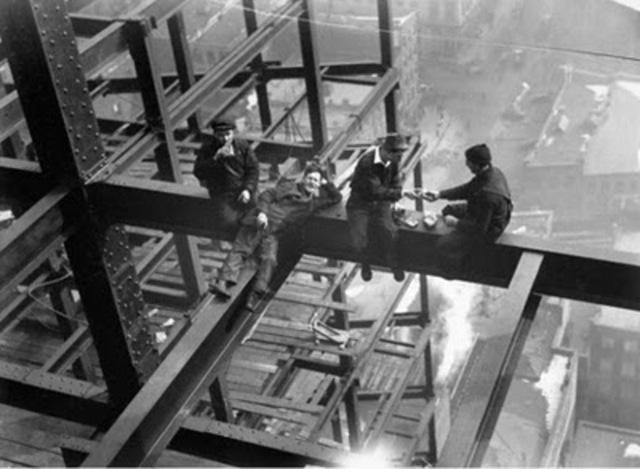 1890 Legislación contra riesgos laborales.