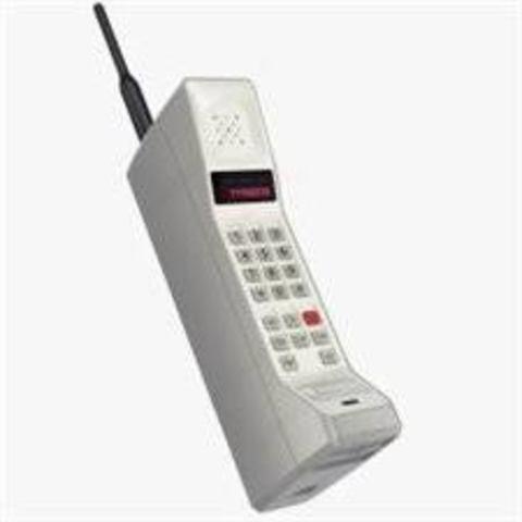 Motorola realiza el primer teléfono móvil.