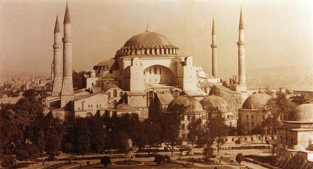 Se funda la Universidad de Constantinopla