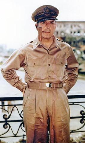 General MacArthur visits Lake Forest