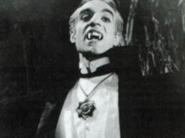 El Vampiro: The Appearance of Fangs