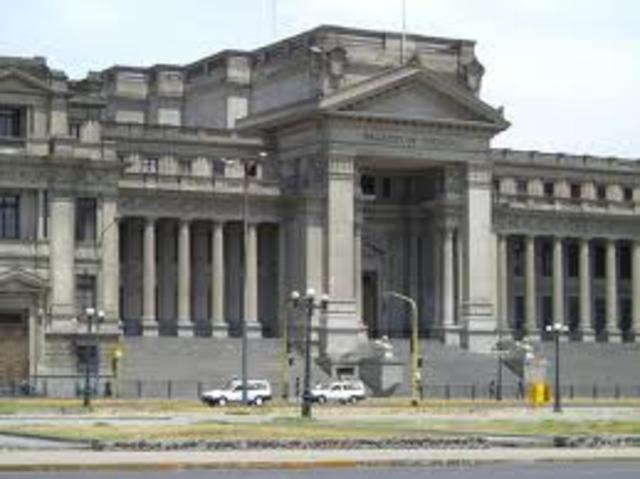 Un comando del M-19 asalta el Palacio de Justicia y toma como rehenes a magistrados de la Corte Suprema de Justicia