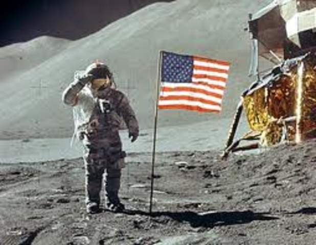 Apolo 11 lands on the moon